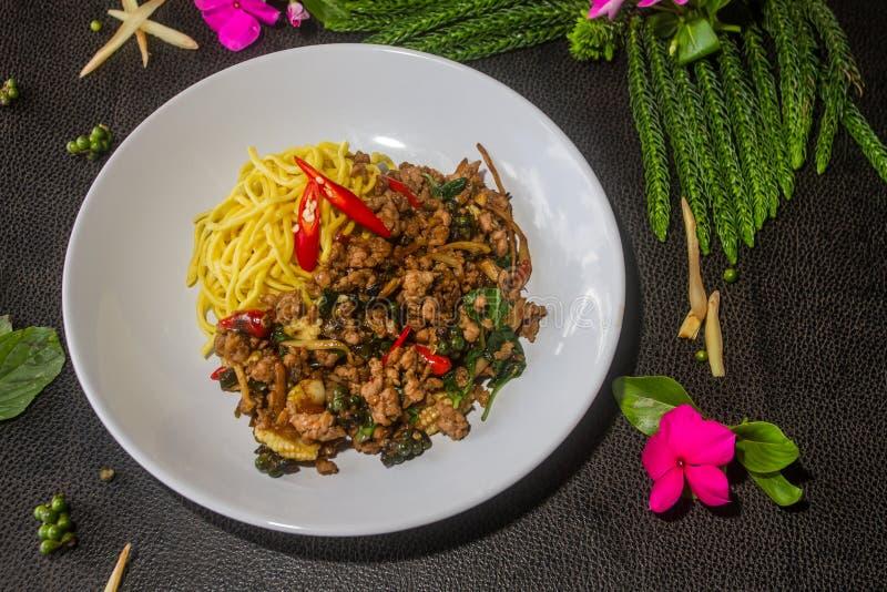 Nouilles ivres complétées avec la nouille jaune sèche Nourriture thaïe de type images stock