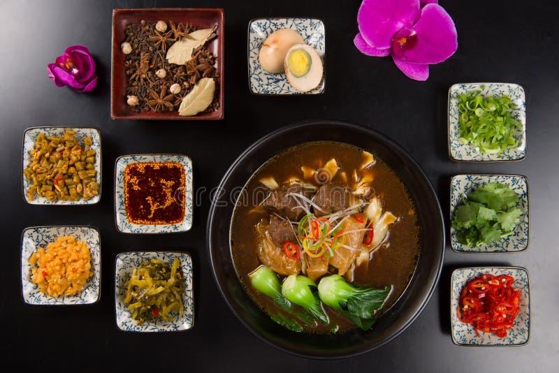 Nouilles orientales de boeuf avec l'ail, les sauces chili, l'oeuf et les herbes o photo stock