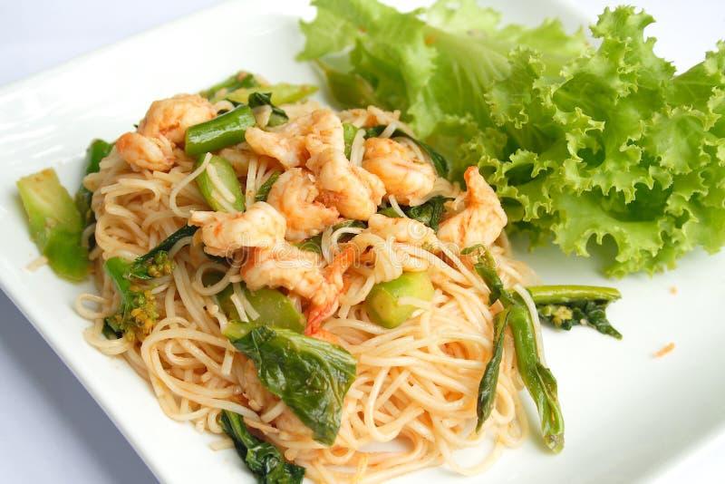 Nouilles remuer-frites thaïes avec la crevette et le chou frisé image stock