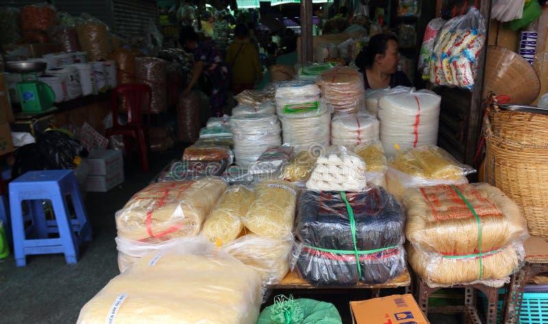 Nouilles sèches sur le marchand ambulant de stalle sur le marché asiatique photographie stock libre de droits