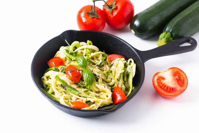 Nouilles sans Guilten faites maison de courgette de concept sain de nourriture, pâtes avec la tomate dans la casserole de poêle d photos stock