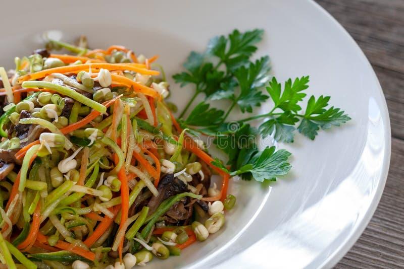 Nouilles végétales de courgette, carottes, concombres, champignons photo stock