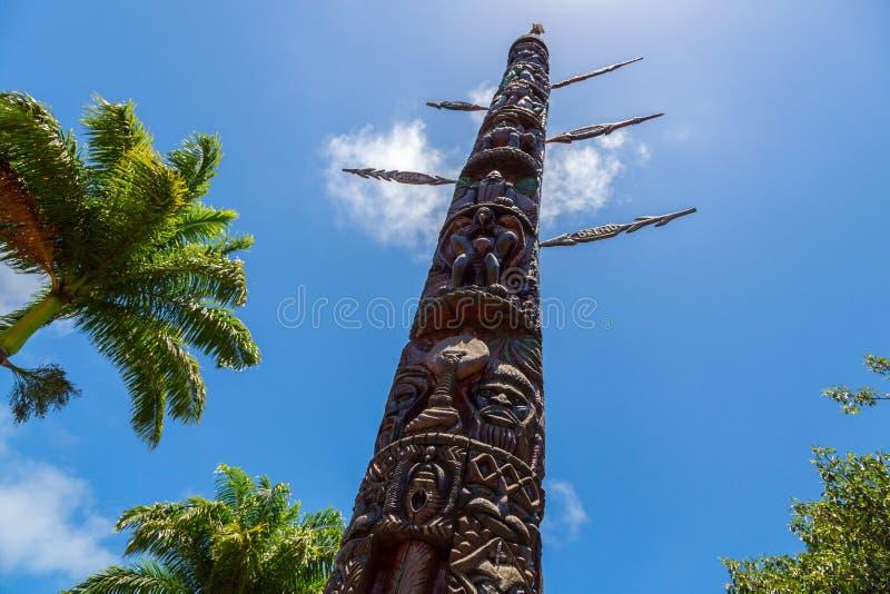 Noumea, Nowy Caledonia Mwa Ka Duży dom lub dom mężczyzna, monumentalny 12 metrów kanaka totemu słup wyprostowywający w centrum mi fotografia royalty free