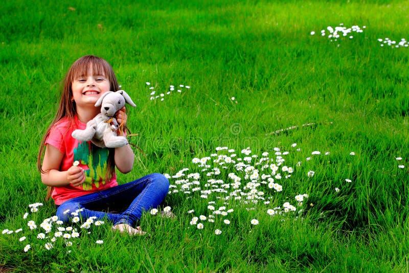 Nounours et Daisys d'enfant en bas âge images libres de droits