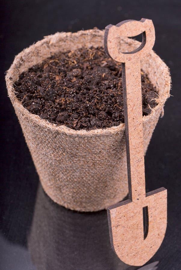Nourrir le sol pour planter, pelle images stock