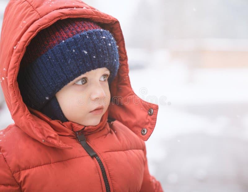 Nourrisson dans la neige photos libres de droits