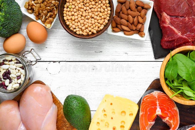 Nourriture à haute valeur protéique - poisson, viande, volaille, écrous, oeufs et légumes sur le fond blanc Concept sain de conso image stock