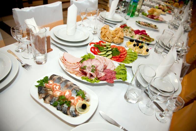 Nourriture à la table de banquet images stock