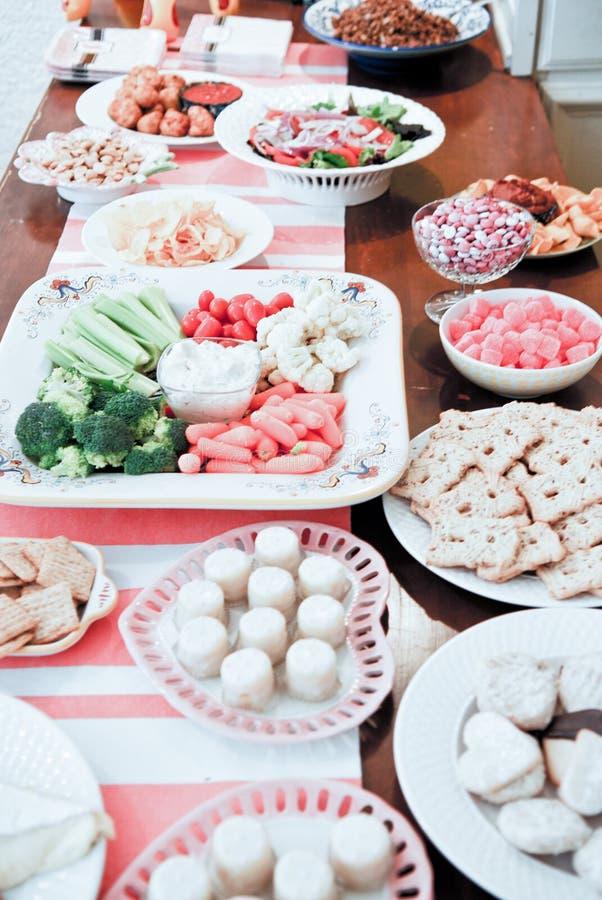 Nourriture étendue sur une table image libre de droits