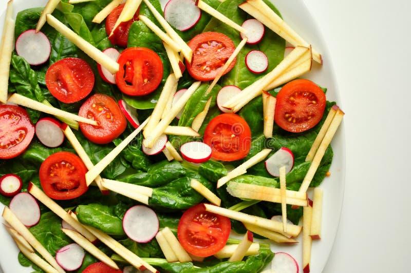Végétalien, nourriture saine : salade d'épinards, de pomme et de tomate image libre de droits