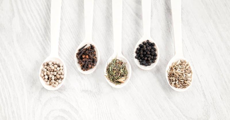 Nourriture aromatique faisant cuire des ingrédients Poivre noir et blanc, clou de girofle, savoureux, graines de fenouil Vue supé images stock