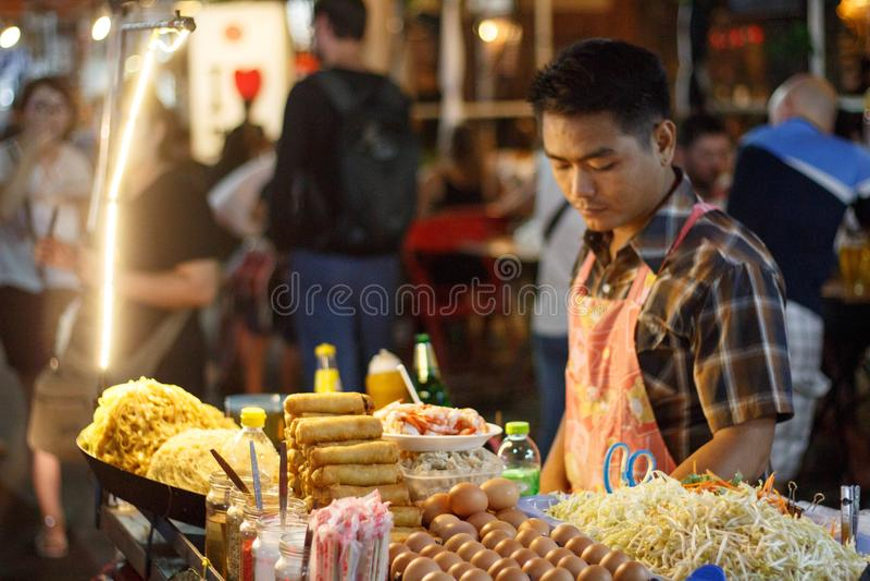 Nourriture asiatique frite de nouille sur la rue à Bangkok, Thaïlande photos stock