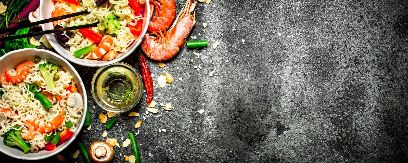 Nourriture asiatique Nouilles chinoises avec les légumes et la crevette photos stock