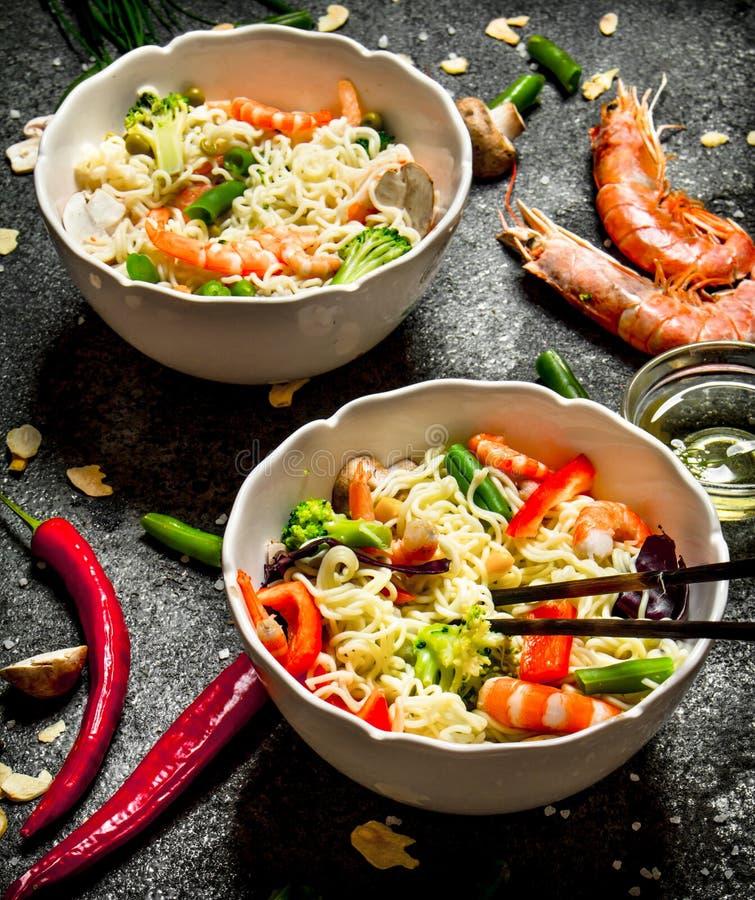 Nourriture asiatique Nouilles chinoises avec les légumes et la crevette photographie stock