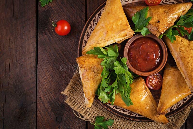 Nourriture asiatique Samosas de Samsa avec le filet et le fromage de poulet images libres de droits