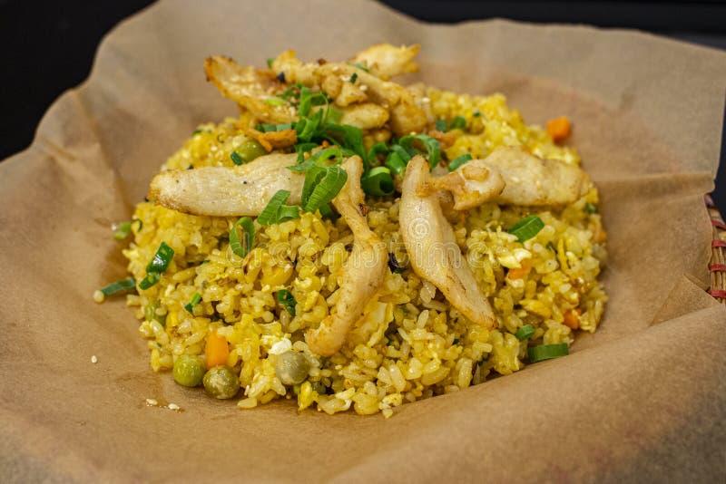 Nourriture asiatique Vietnam de rue, riz frit avec le poulet et les légumes d'un plat et d'un papier en bambou de métier tranches photos libres de droits