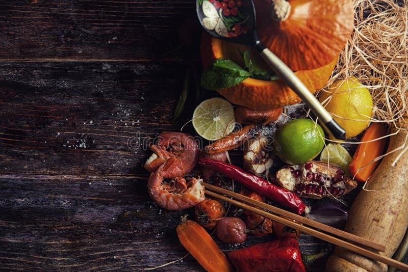 Nourriture assortie sur la table en bois photos libres de droits