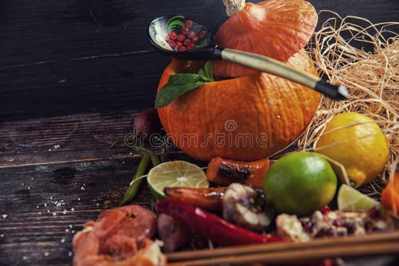 Nourriture assortie sur la table en bois images stock