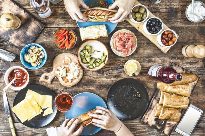 Nourriture, bière, dîner, famille, viande, extérieure, partie, table de dîner Amis heureux photos stock