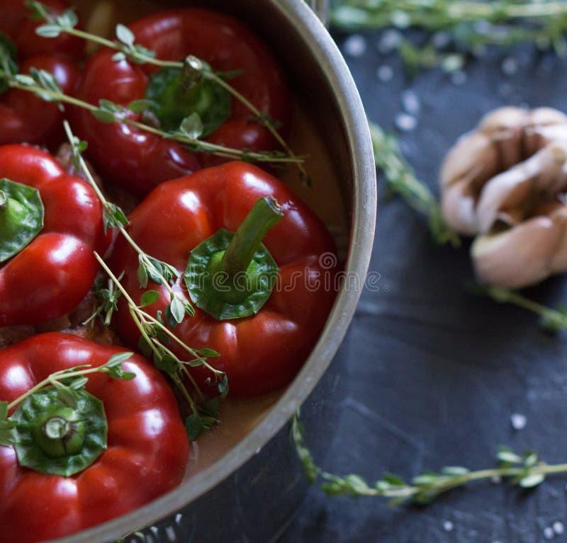 Nourriture bulgare ou hongroise traditionnelle : paprika bourré de la viande images libres de droits