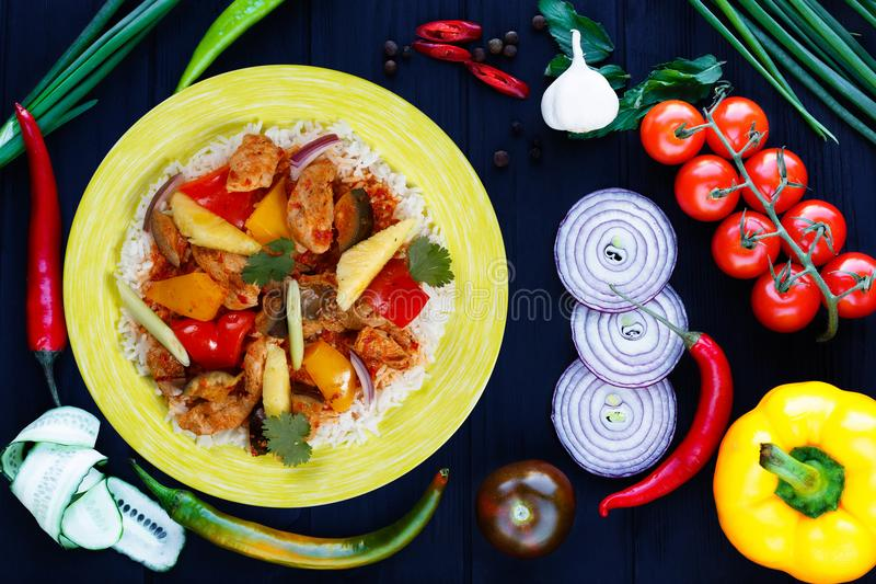 Nourriture Casserole-asiatique délicieuse, riz épicé appétissant avec le poulet, pi images stock
