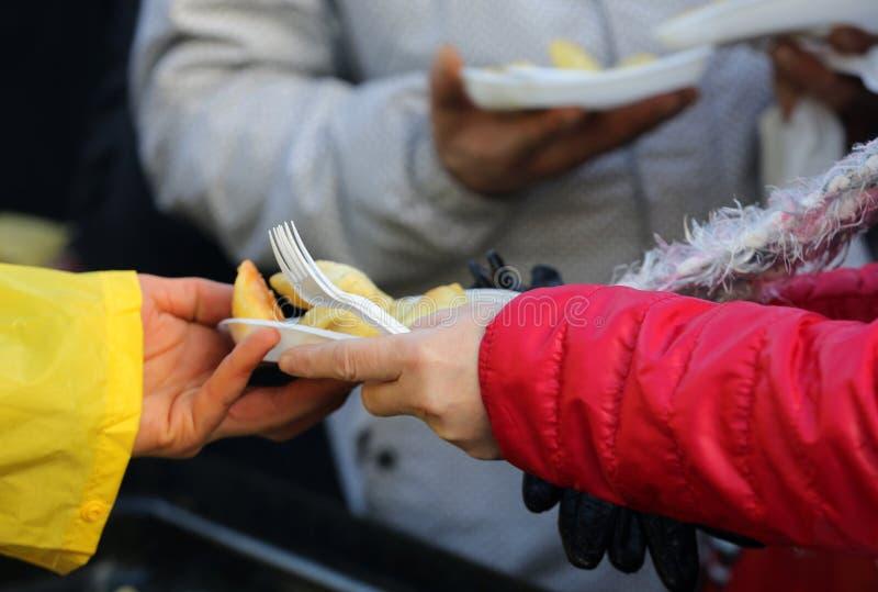 Nourriture chaude pour les pauvres et le sans-abri image libre de droits
