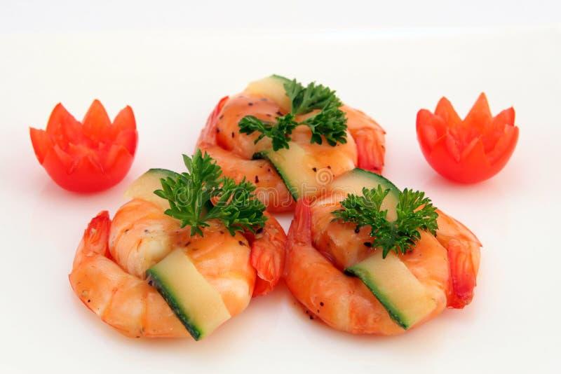 Nourriture chinoise gastronome - crevettes roses grillées de tigre de roi sur le blanc image stock