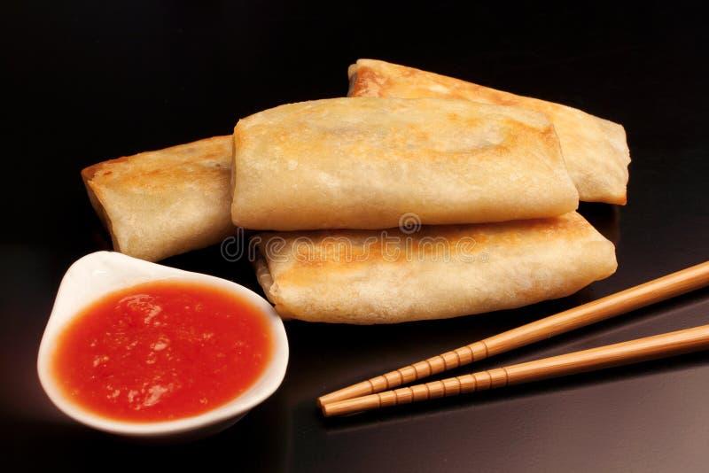 Nourriture chinoise : Petits pains de ressort sur le fond noir photographie stock