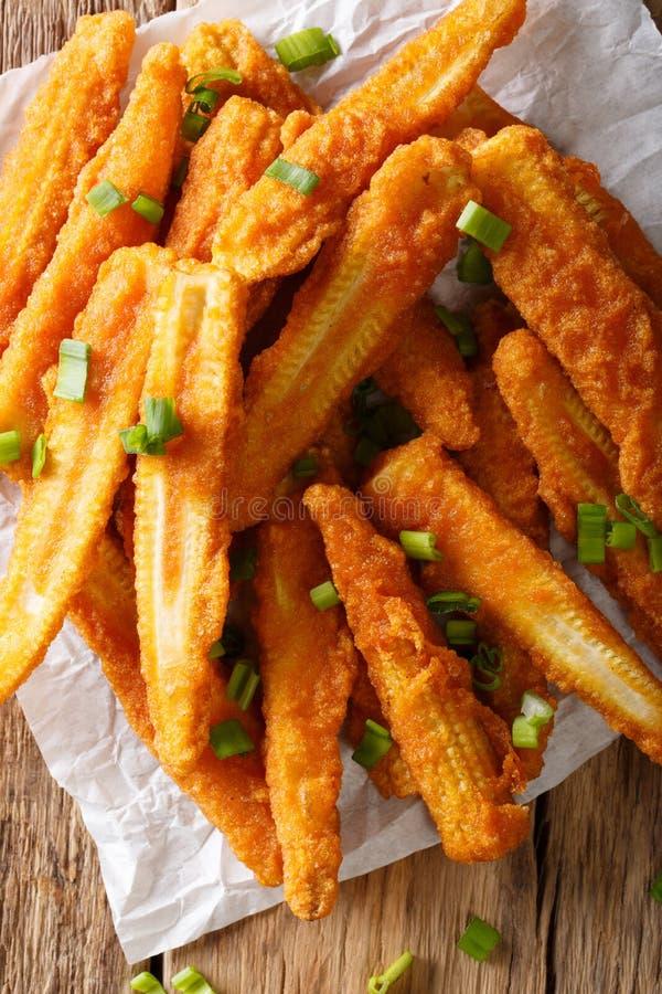 Nourriture chinoise : plan rapproché frit de maïs sur la table Verticale à image libre de droits