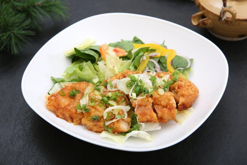 Nourriture chinoise qui a accroché un long poireau et la sauce basée sur sauce à soja que j'ai découpés avec chez le poulet que j photos libres de droits