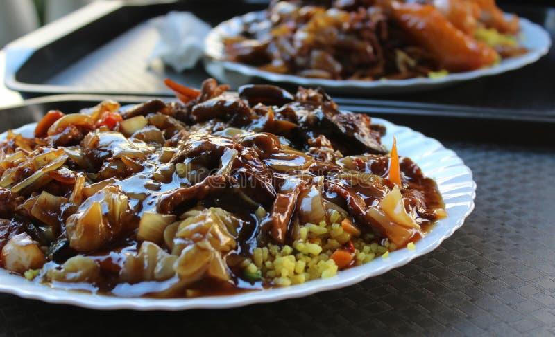 Nourriture chinoise servie sur des plateaux pour la nourriture photographie stock