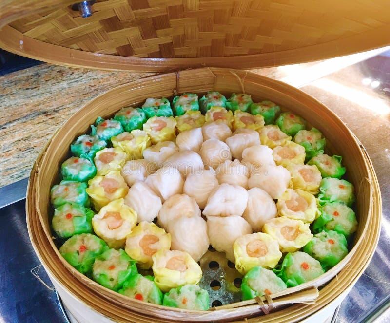Nourriture chinoise spéciale de luxe de dim sum de crevette et de porc de menu de buffet cuite à la vapeur dans le panier en ba photo stock