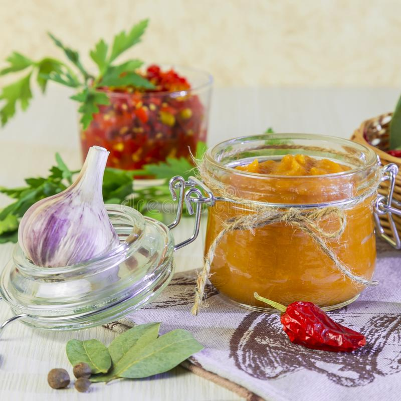 Nourriture Conservation faite maison de récolte Purée de légumes diététique de courgette, de potiron, de carotte, de poivre avec  images stock