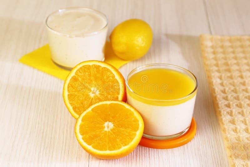 Nourriture Cotta de Panna Le dessert fruité de lait italien a fait du yaourt images stock