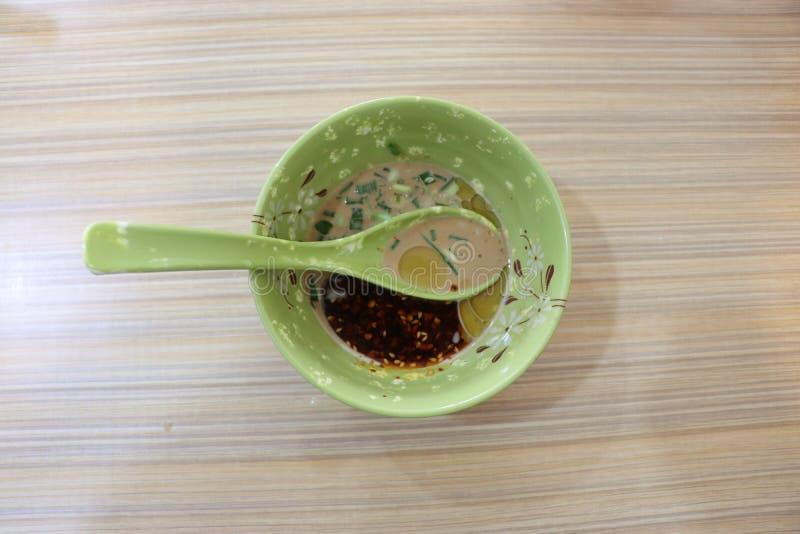 Nourriture, cuillère et cuvette japonaises, immersions, sauce chili, moutarde image stock