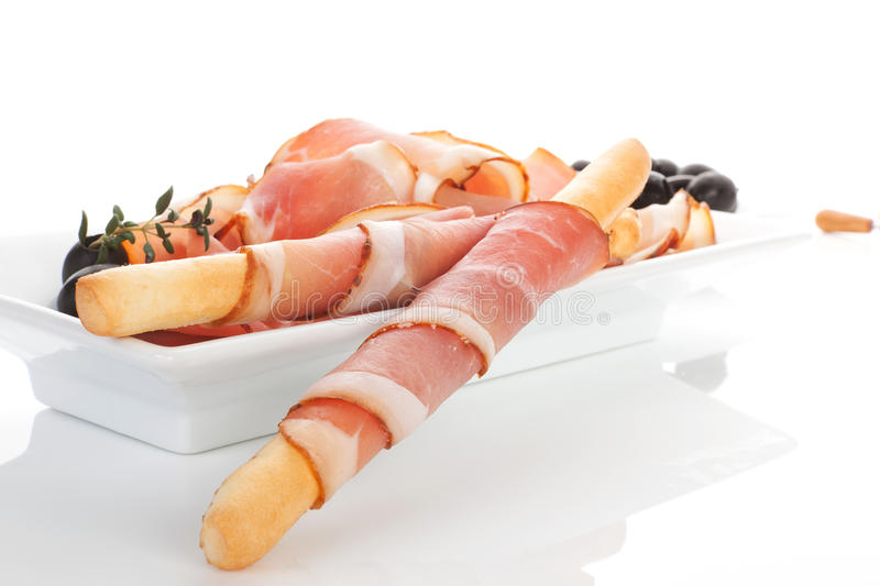 Nourriture culinaire. Prosciutto, pain, olives noires. photographie stock