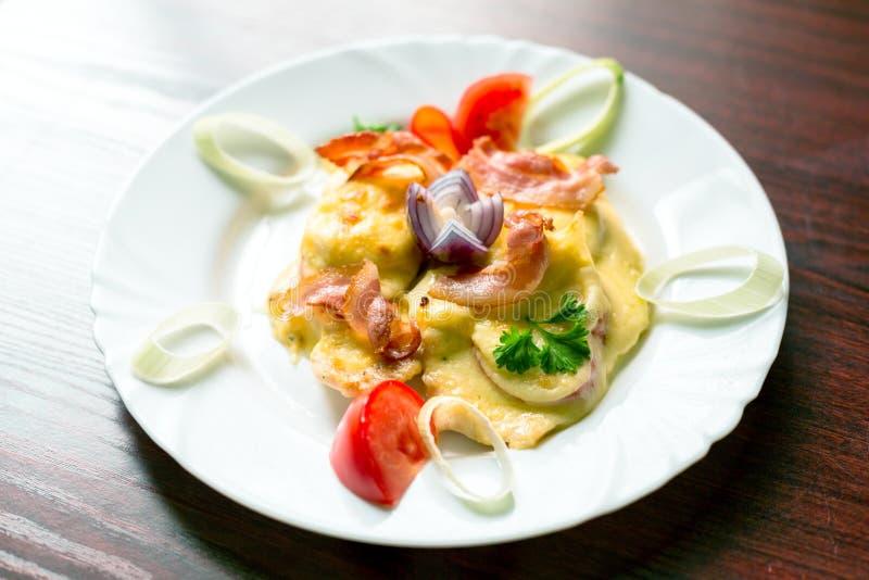 Download Nourriture Délicieuse Du Plat Blanc Photo stock - Image du nourriture, affamé: 45353228