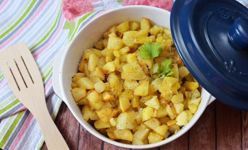 Nourriture délicieuse, pommes de terre frites dans un beau plat photos libres de droits