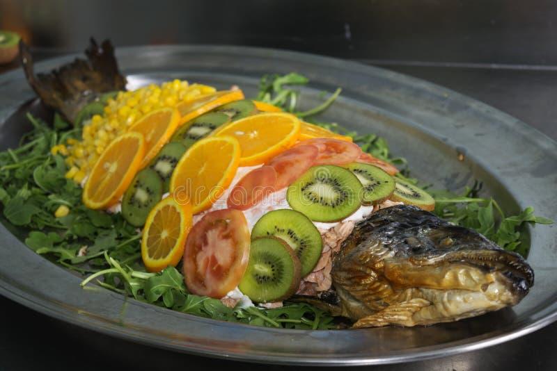 Nourriture dénommant dans un cours des poissons photographie stock libre de droits