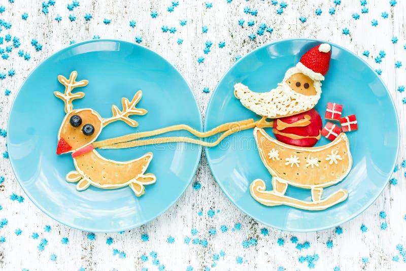 Nourriture d'amusement de Noël pour des enfants, idée drôle de petit déjeuner - casserole créative photographie stock libre de droits