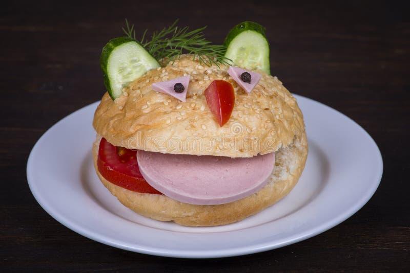 Nourriture d'amusement pour des enfants - l'hamburger ressemble à un museau drôle images libres de droits