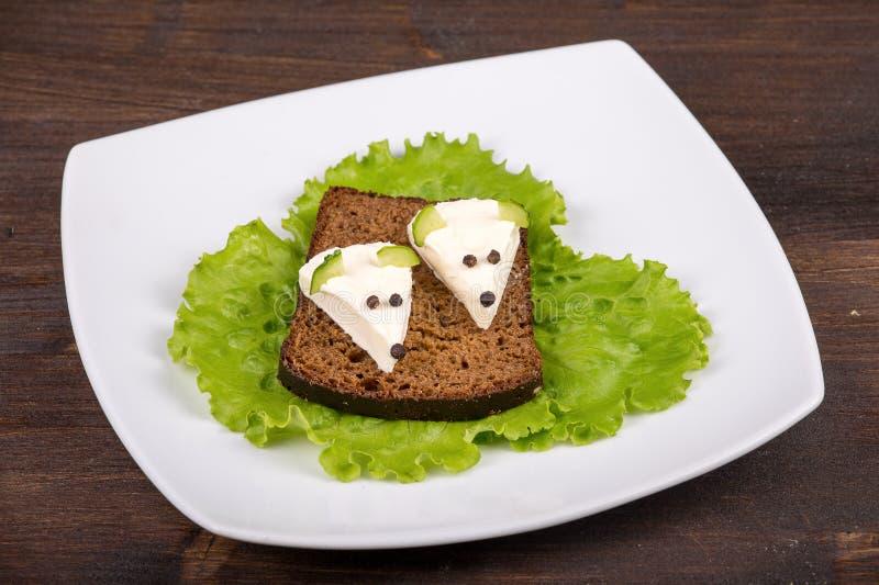 Nourriture d'amusement pour des enfants - souris avec du fromage photo libre de droits