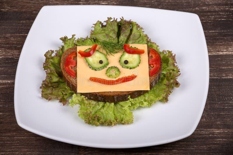 Nourriture d'amusement pour des enfants - visage sur le pain images libres de droits