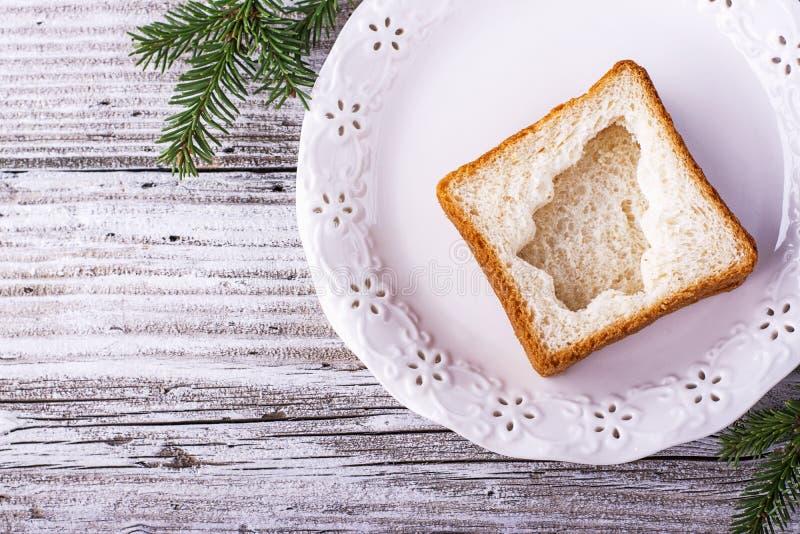Nourriture d'amusement pour que des enfants et des adultes grillent le déjeuner de fête la nouvelle année de Noël du pain blanc d photos libres de droits