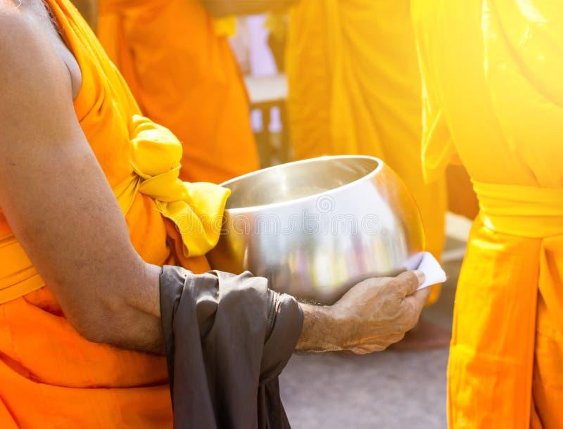 Nourriture d'offre au moine le début de la matinée photo stock