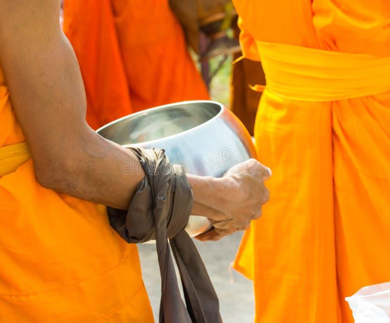 Nourriture d'offre au moine le matin photographie stock libre de droits