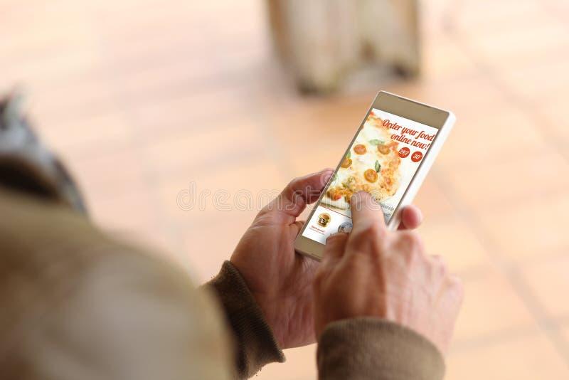 Nourriture d'ordre de smartphone de jeune homme de Brown images libres de droits