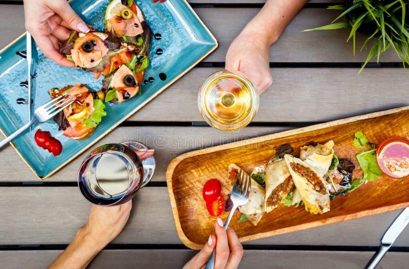 Nourriture dans le restaurant et la vue supérieure en bois de table images libres de droits