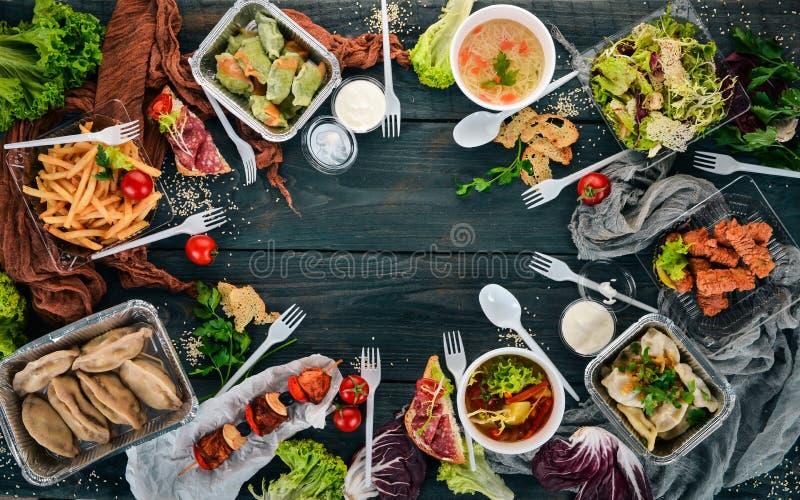 Nourriture dans les boîtes à lunch. Livraison de nourriture. Cuisine ukrainienne. Sur fond de bois photo stock