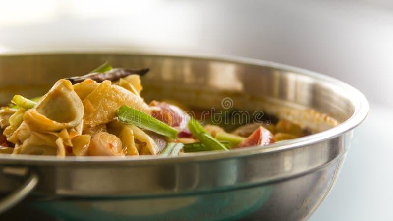 Nourriture dans un pot chaud image stock